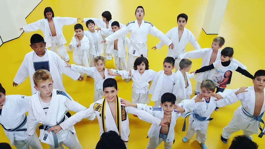 Beneficios artes marciales niños. Amigos entrenando artes marciales en Barcelona