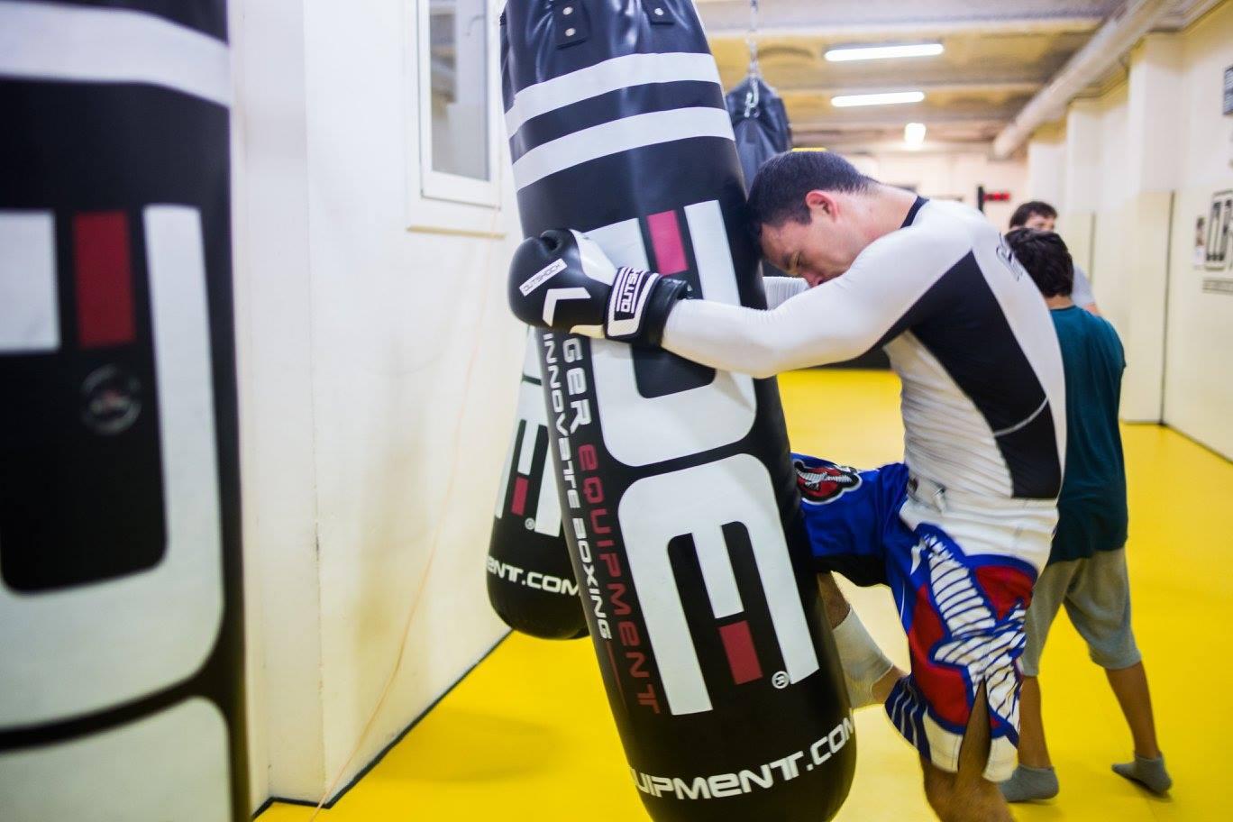 mand doing kickboxing in el club de la lucha barcelona