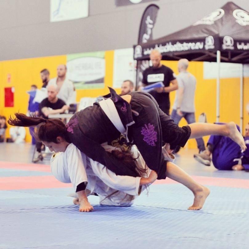 laura canal practicando jiu jitsu en barcelona